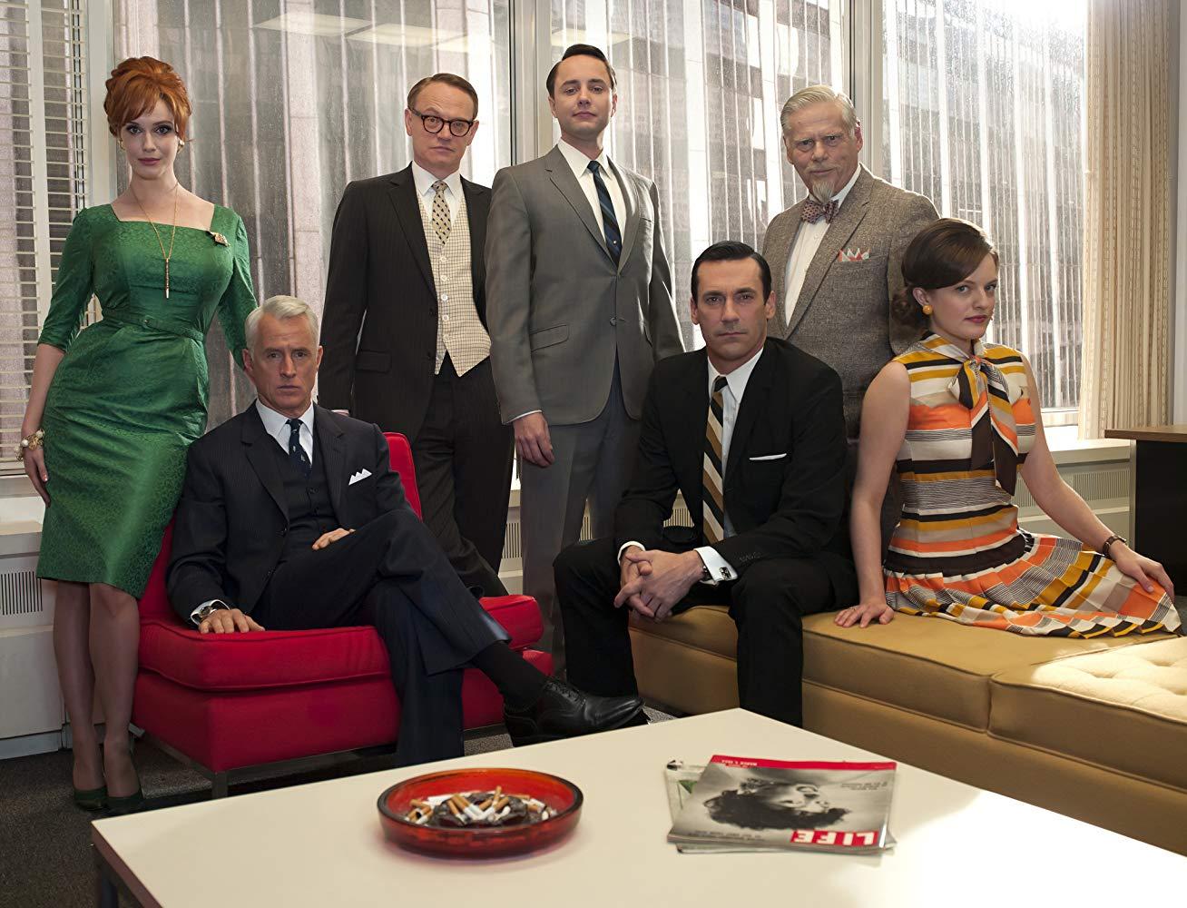 Mad Men  Outra aclamada série que fez história. Mad Men retrata a época de ouro da publicidade americana nos anos 60. Com um dos figurinos mais elegantes da história da televisão, a série - dividida em 7 temporadas - recebeu diversos prêmios como Emmy e Globo de Ouro.