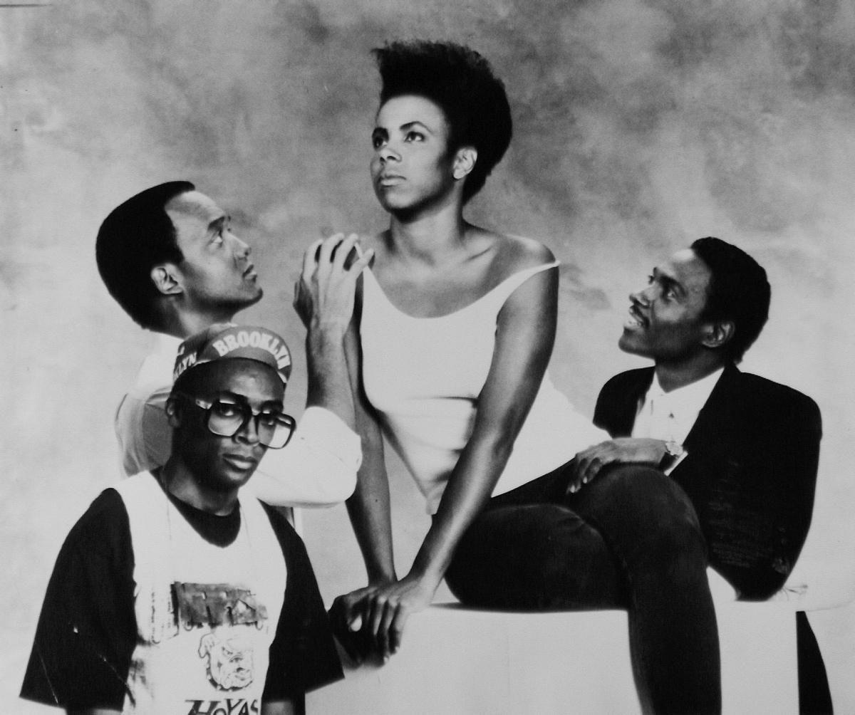 Ela Quer Tudo  Escrito, editado, dirigido e protagonizado por Spike Lee, esse filme de 1986 conta a história de Nola Darling, uma menina do Brooklyn que conta com a admiração de 3 rapazes bem diferentes. Além de ser o primeiro filme do diretor, essa película também representa um marco na cultura local, com elementos de moda, arte e música que se mantém atuais até hoje.