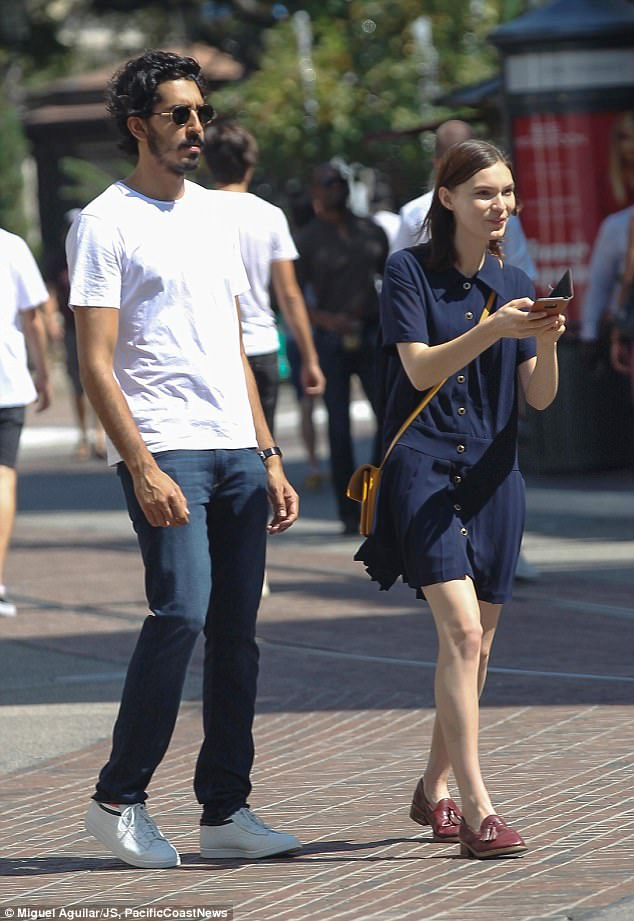 43FD1A3B00000578-4861976-Having_a_giggle_She_was_wearing_a_pair_of_trendy_loafers_with_a_-a-20_1504793165084.jpg
