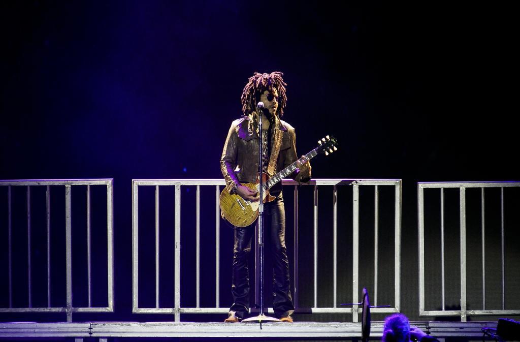 Lenny Kravitz No seu popular estilo hippie/rock, o americano cinquentão teve erros e acertos no figurino. A calça boca de sino de couro até combinou, mas foi um item um tanto ousado. A jaqueta de couro e a camisa estampada foram ótimas escolhas que combinaram na medida certa. De uma maneira geral, um legítimo rockstar que claramente não perdeu o pique e nem o estilo.