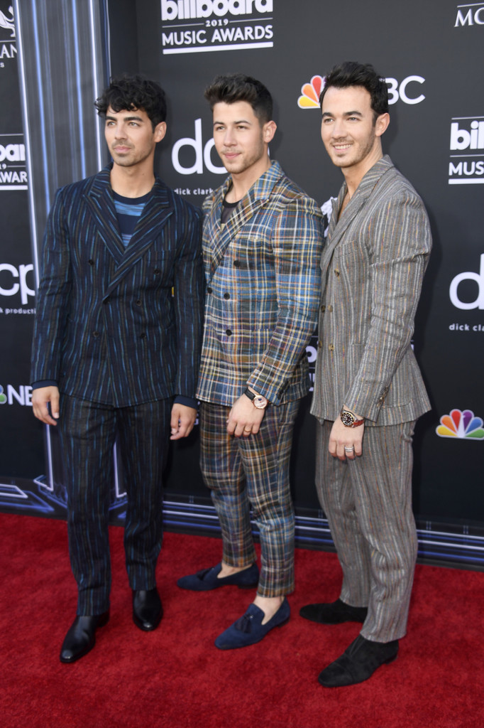 Joe, Nick e Kevin Os Jonas Brothers capricharam nas escolhas para a noite de prêmios e acertaram em cheio ao optarem por paletós transpassados. Mas como quase ninguém é perfeito, a gente tem algumas ressalvas: o primeiro poderia ter escolhido uma camiseta lisa, o segundo poderia suavizar a estampa do traje e o terceiro faltou ajustar a calça. Ainda assim, de um modo geral, o trio foi destaque positivo na noite.