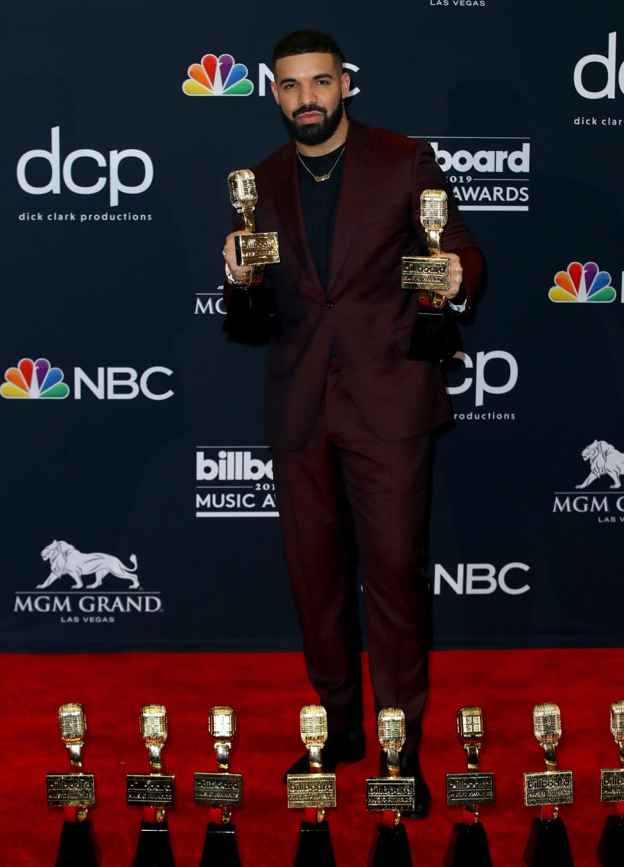 Drake Nossa galeria se encerra com o grande vencedor da noite. Com incríveis 12 estatuetas, Drake deu o que falar também pela sua escolha de figurino. Traje liso com camiseta básica por baixo. O suficiente para ninguém ousar dizer que ele não foi um dos mais elegantes da festa.
