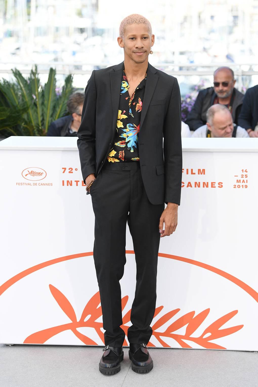 Keiynan Lonsdale O ator australiano encontrou o meio-termo ideal para o evento. Com um traje comum cinza chumbo e sapato preto, ele quebrou a formalidade com uma camisa de estampa floral que combinou muito bem com o conjunto e o ambiente.