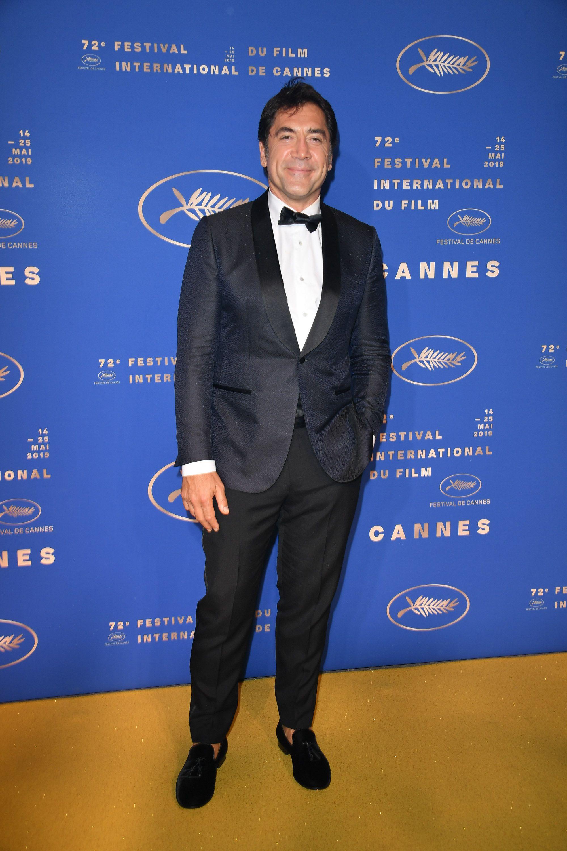 Javier Barden Para a etapa noturna do evento, o ator espanhol caprichou no smoking. Combinando marinho com preto, ele optou por um modelo clássico de lapelas  shawl  (arredondadas) e mocassim sem meia - afinal estamos no verão europeu. Sem dúvida um dos pontos altos da semana.