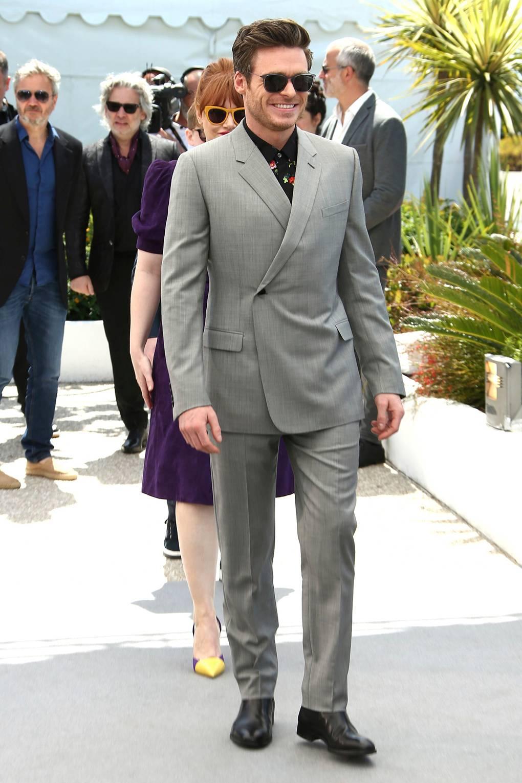 Richard Madden Outro que soube desconstruir um visual formal e ainda assim manteve a elegância foi o ator escocês. Com um traje cinza de paletó transpassado modernizado, ele tirou a gravata e a camisa social para investir em uma pólo de estampa colorida. Para arrematar, elas: as botas.