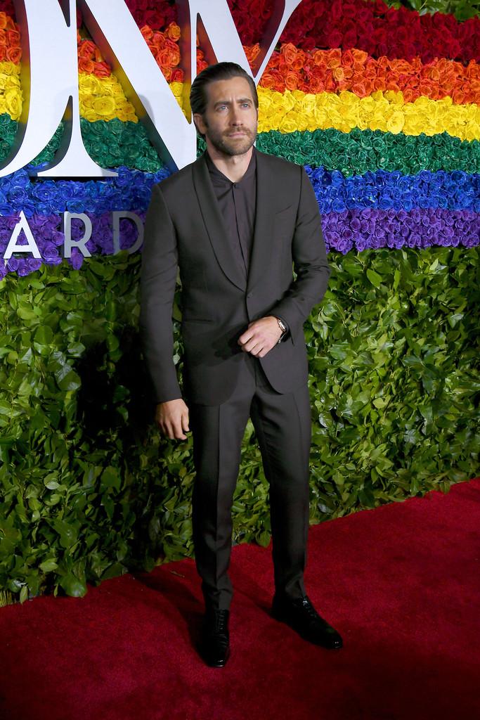 Jake Gyllenhaal Fechando a nossa galeria com mais um look simples e caprichado. Com um paletó de lapela  shawl  e camisa sem gola, Jake fez bem ao apostar na monocromia de cinza chumbo com sapato preto. Elegante, discreto e totalmente adequado.