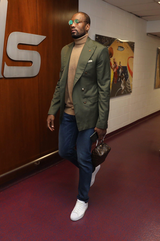 Serge Ibaka Abrindo a galeria com um representante do time campeão de 2019. Ibaka foi destaque no quesito bom gosto. Com trajes elegantes e combinações inteligentes, ele mostrou que nem todo jogador de basquete precisa de cores vibrantes e estampas intensas para ser referência de estilo.
