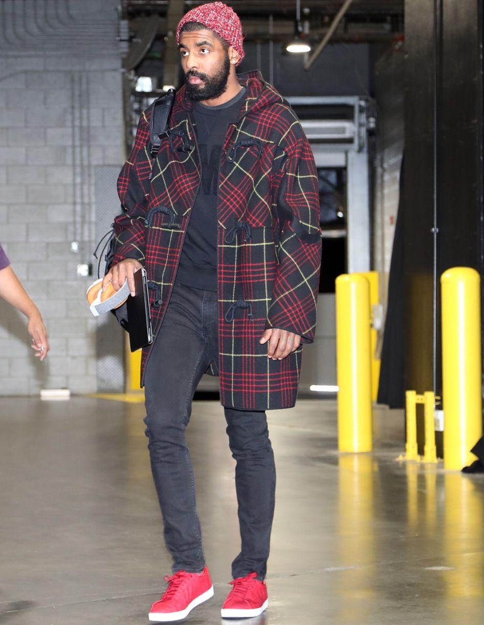 Kyrie Irving Famoso pelo estilo mais elegante e clássico na passarela da NBA, Irving não deixou o desempenho abaixo do normal influenciar no guarda-roupa. Com combinações inspiradas, ele segue intocado no posto de all star do estilo.