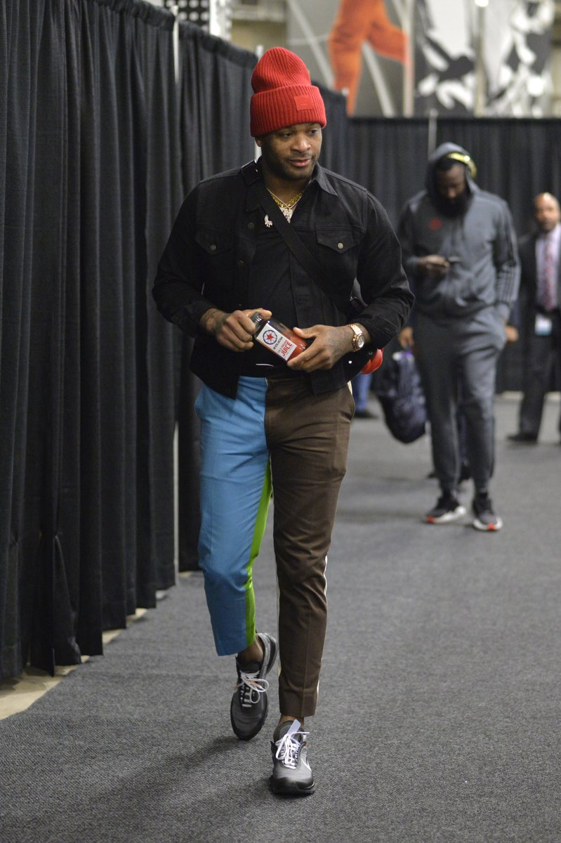 PJ Tucker Para muitos um dos maiores expoentes quando o assunto é moda no basquete. Além de um aficcionado colecionador de  sneakers  (muitos dos quais ele desfila em quadra), PJ também mostra um enorme senso estético na hora de vestir outra roupa além do uniforme do Houston Rockets, sendo visto também em grandes eventos de moda ao redor do mundo.