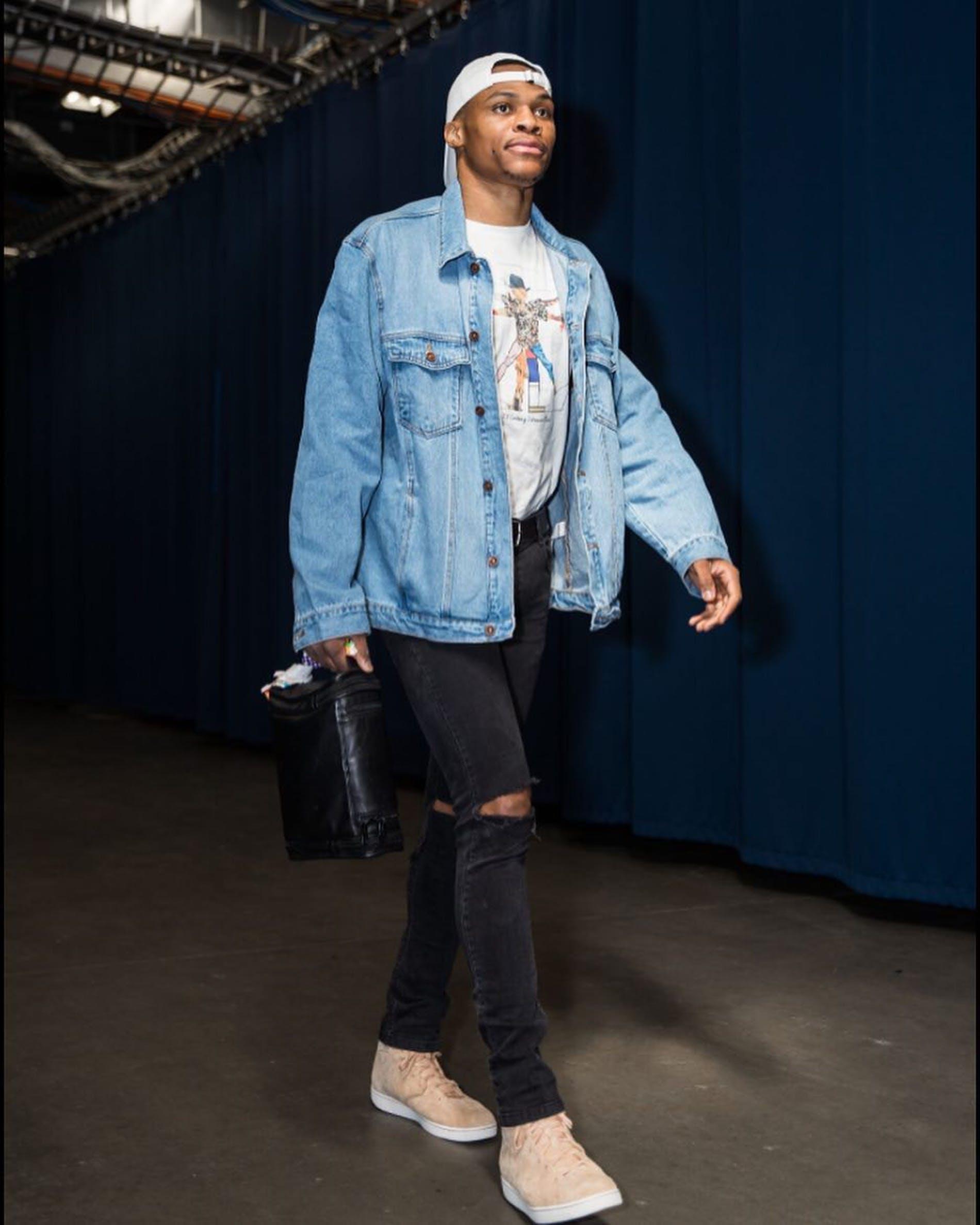 Russell Westbrook Talvez o mais icônico jogador da lista quando o assunto é moda. Famoso pelos figurinos ousados, mas que também mostram enorme conhecimento fashion, Westbrook tem seus dias de glória e seus dias de fúria na hora de se vestir. Por ambos fica aqui o nosso reconhecimento pela contribuição.