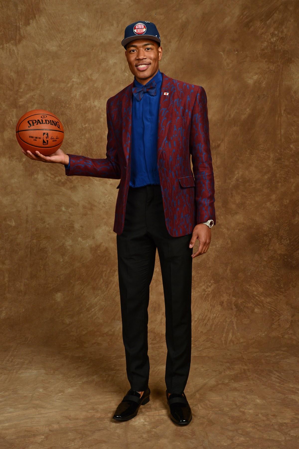 Rui Hachimura O primeiro japonês a entrar na primeira rodada do draft da NBA também mostrou uma forma elegante de usar estampa no traje. Usando um mesmo universo de cores em todas as peças, ele deixa o visual com mais sintonia e chama atenção de uma forma positiva.