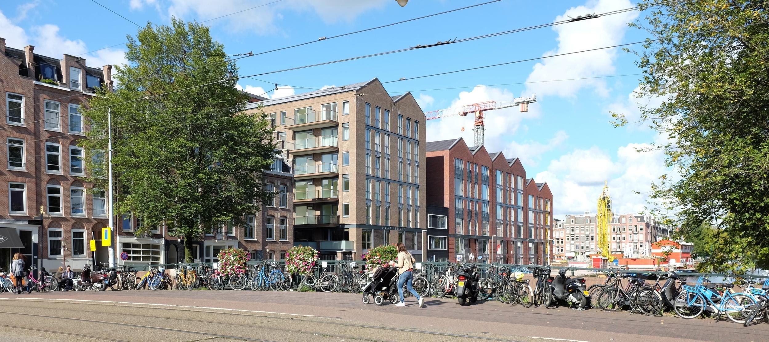 Zichtbaar en in het hart van de Kinkerbuurt. Het Oranje Huis gezien vanaf de Kinkerstraat te Amsterdam