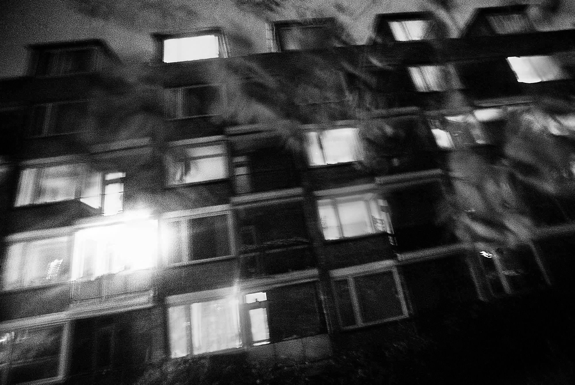 """Mia boede i nogle år i en 2-værelses lejlighed i Københavns      Nordvestkvarter. Hun var glad for lejligheden og      blev stolt, når besøgende fortalte hende, at den slet ikke      lignede en  junkiehule . Men nogle gange gik det galt,      som da en ekskæreste kravlede op ad et nedløbsrør og      ind i andensalslejligheden. Han raserede det hele i en      abstinerende jagt på stoffer.            Mia: """"Det er hjemme i den gamle lejlighed på Tagensvej.      Den betød så meget for mig. Den var mit helle. Jeg      boede pænt og man kunne ikke se, at jeg var misbruger.      Det var som om at alt udadtil var ok. Det kan godt være,      at alt krakelerede inden i mig, men jeg sørgede altid for      at holde lejligheden og mig selv pæn. Selvfølgelig har      der været tider, hvor jeg har været rigtigt hærget og      slem, hvor jeg har været fuldstændig færdig. Men der      har også været perioder hvor jeg har haft det godt, så      min datter jævnligt og aldrig  fuckede  nogen besøg.""""            København, 2004."""