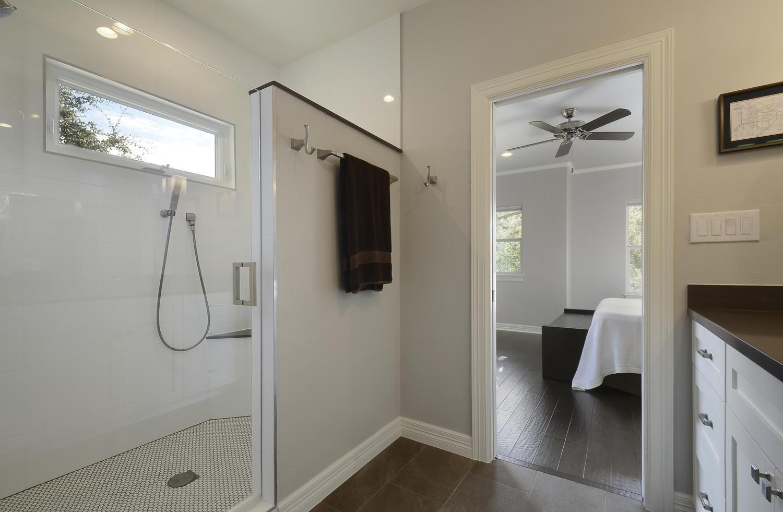 10_2nd floor bathroom.jpg