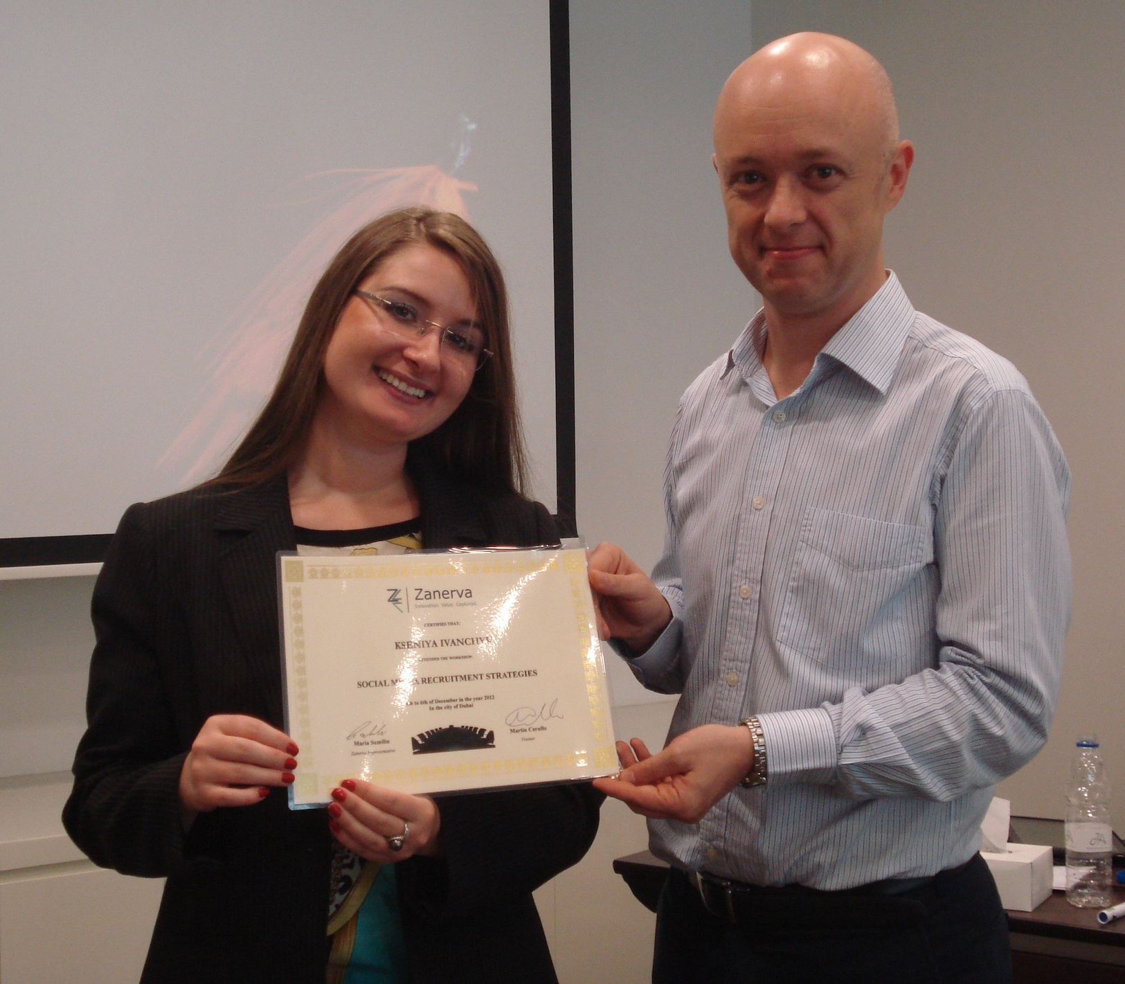 KseniyaIvanchykreceiving her certificate of workshop participation from Martin Cerullo for attending the Social Media Recruitment in Dubai