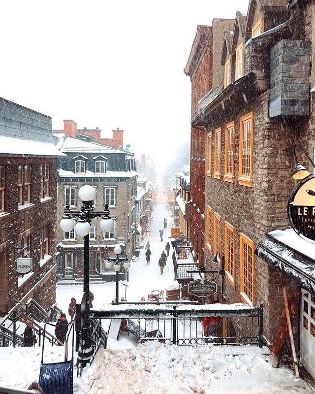 Dois dias seguidos com tempestades de neve em Quebec, inesperadas para este período do ano. Nunca tinha fotografado em situações extremas , sensação térmica de -16C em alguns momentos, mãos quase fundindo com a câmera (não da para opera-lá com luvas), mas posso dizer que curti muito, me diverti ;) Segue o projeto Olhares Cruzados da @ccbc.brca (câmara de comércio Brasil-Canadá) #quebeccity #villedequebec #olharescruzados #photographicproject #canada @villequebec