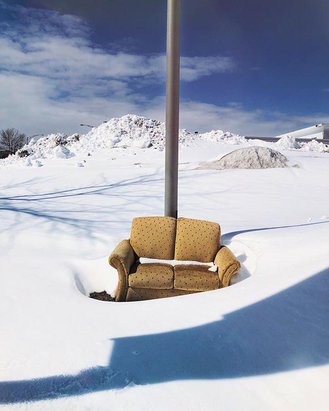 Adoro me perder propositalmente pela cidade, às vezes me deparo com cenas que não encontraria de outra forma ... subúrbio #sofa #quebec #quebeccity #levis #canada #canada🍁 #snowphotography #olharescruzados @ccbc.brca #streetphotography
