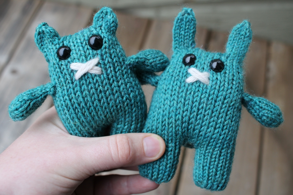 Rebecca Danger's patterns never let me down with I need a cute gift. Say hello to Beatrice and Bernard! | withwool.com