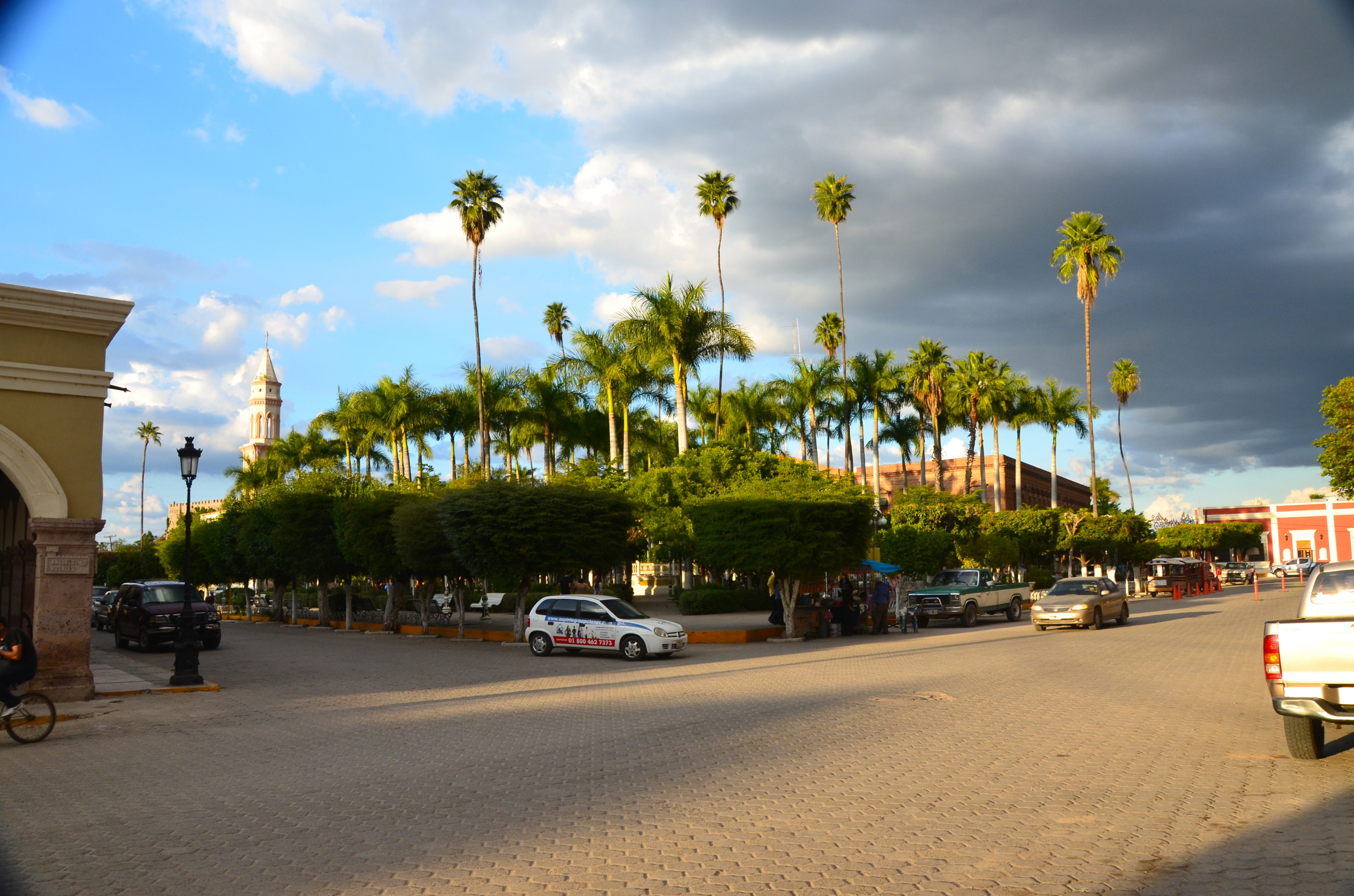 Looking at the city square, El Fuerte