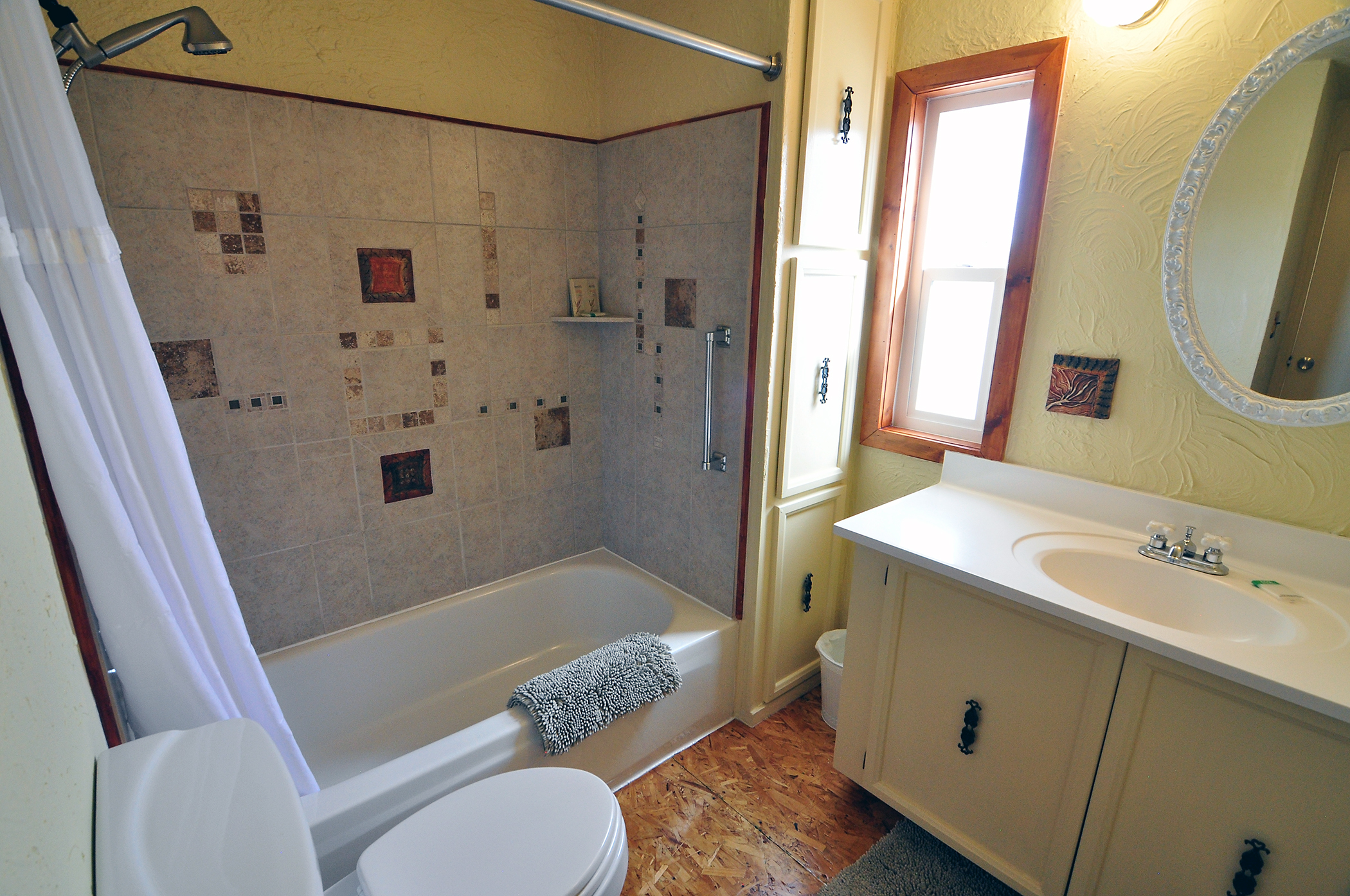Large Bathroom with Shower/Tub