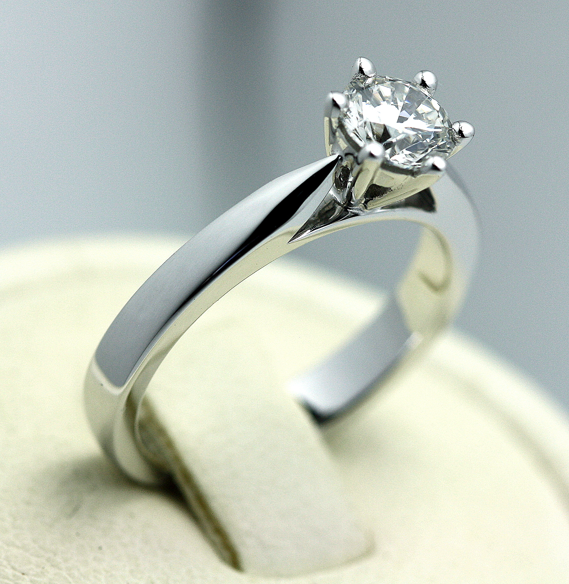 6_claw_solitare_18ct_white_gold_engagment_ring1.jpg