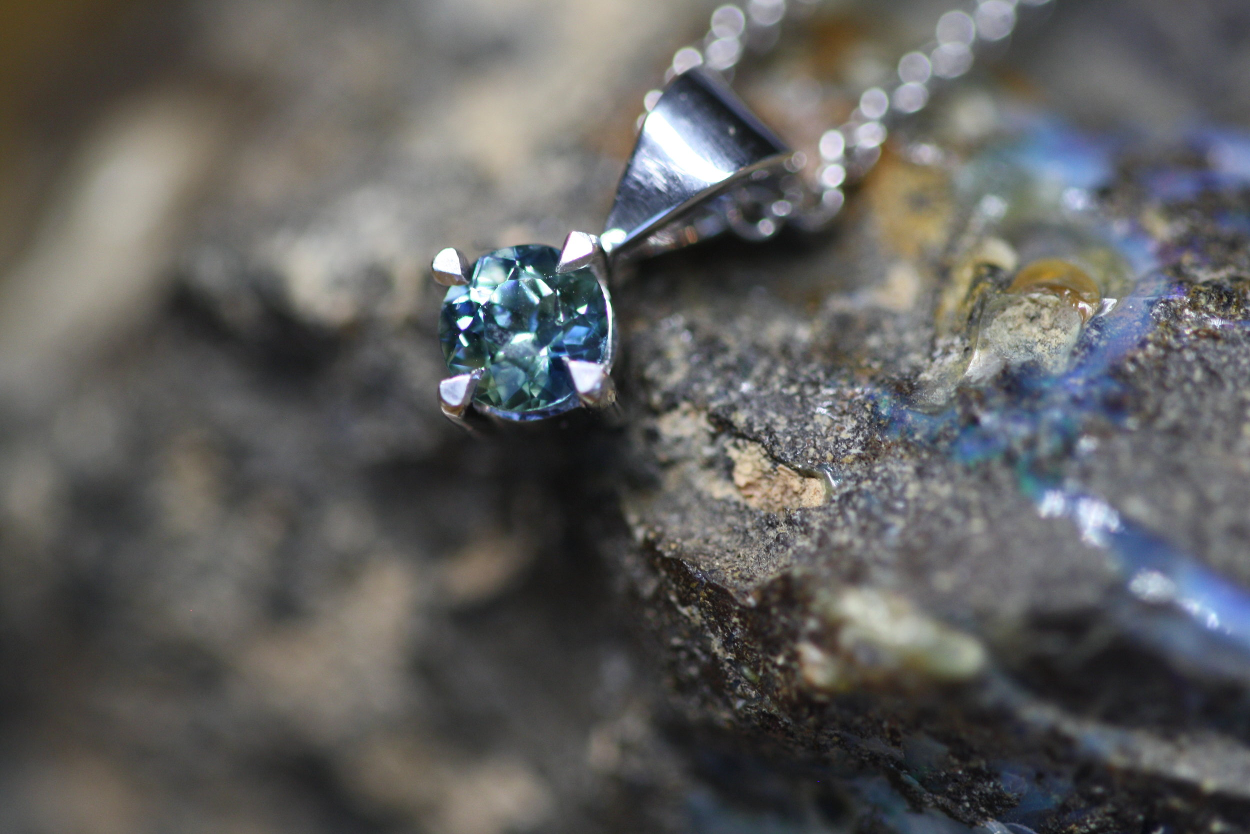 Australian Sapphire and 9ct White Gold Pendant (34).JPG