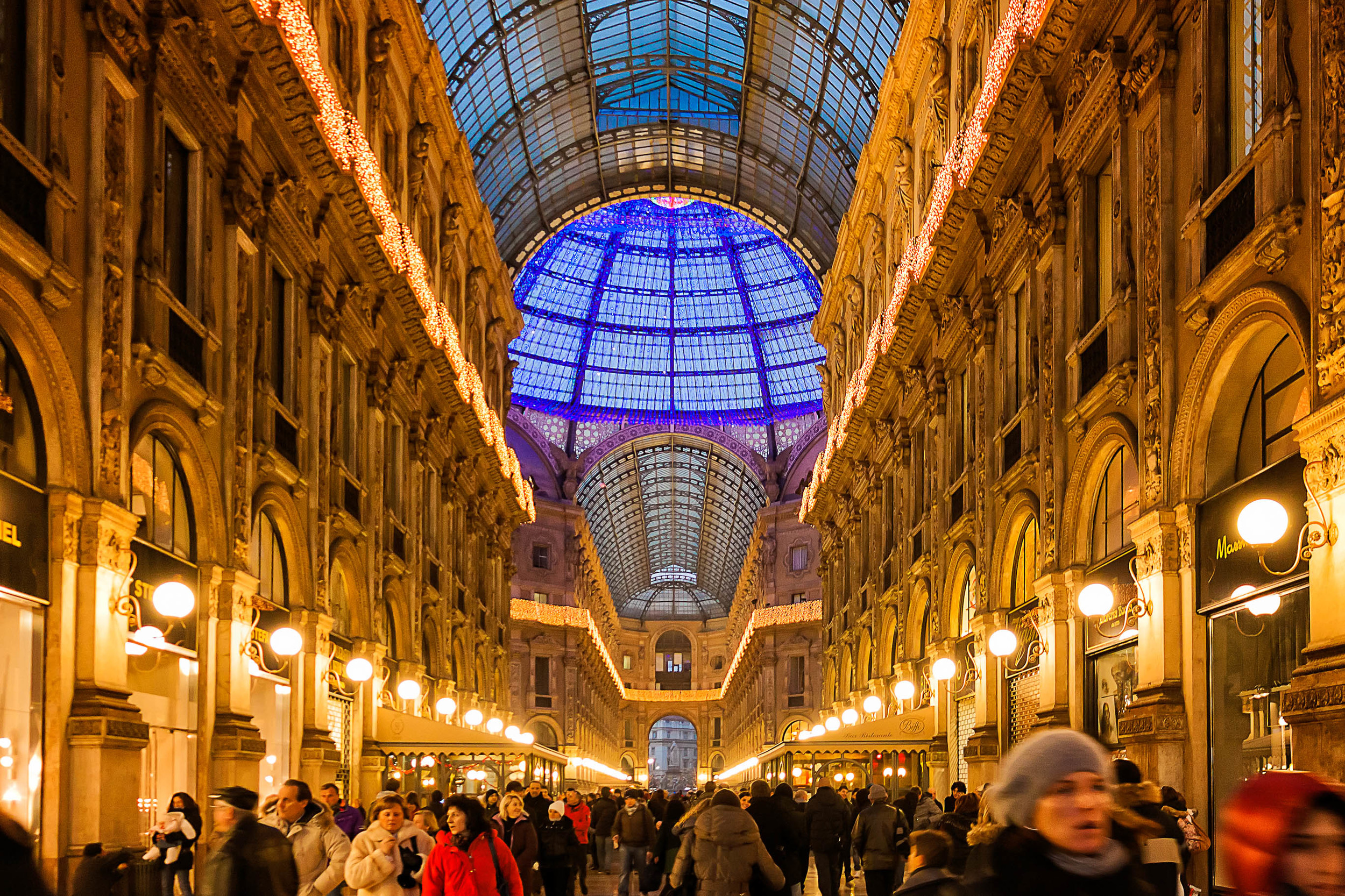 Un'immagine dal sapore natalizio. La galleria Vittorio Emanuele II addobbata a festa. Dati di scatto: f/5,6, 1/20 sec., ISO 800, focale 20mm. Immagine di Luca Camillo (lcamillo[at]aminstruments.com)