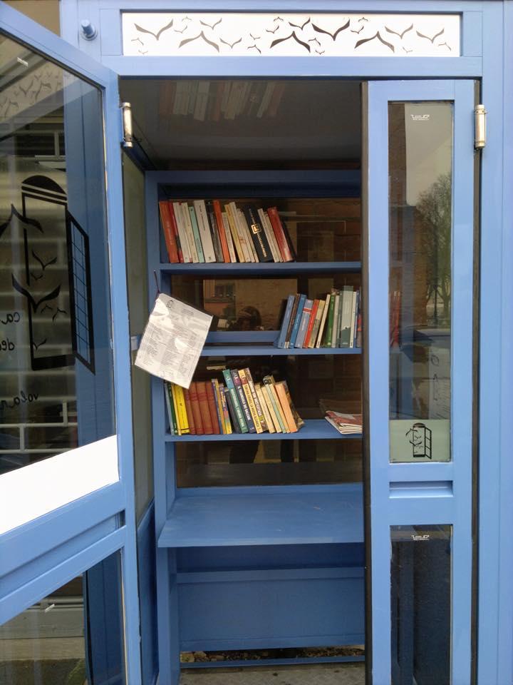 """Medicina (Bologna): la bibliocabina promossa e realizzata da associazioni che hanno recuperato una cabina in disuso e l'hanno chiamata """"La casa dei libri volanti"""""""