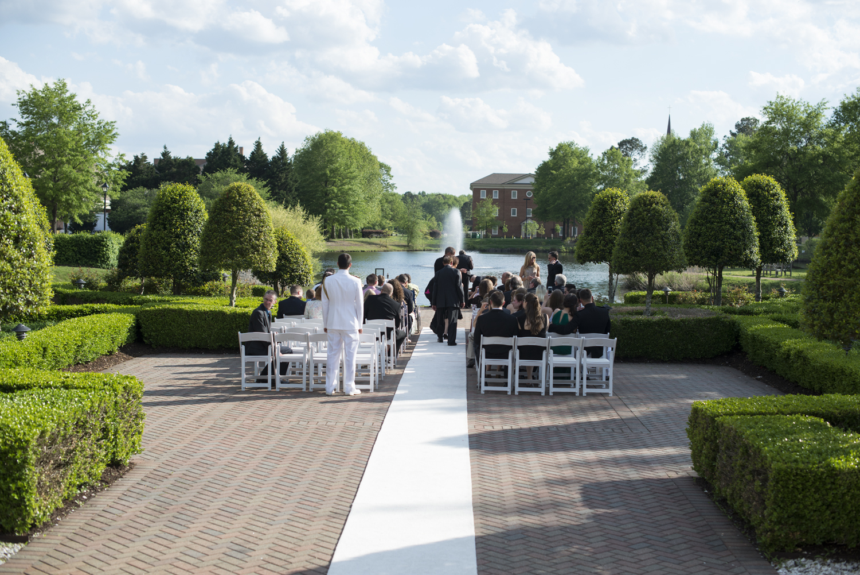 Beautiful outdoor wedding at Founder's Inn, Virginia Beach |Maria Grace Photography