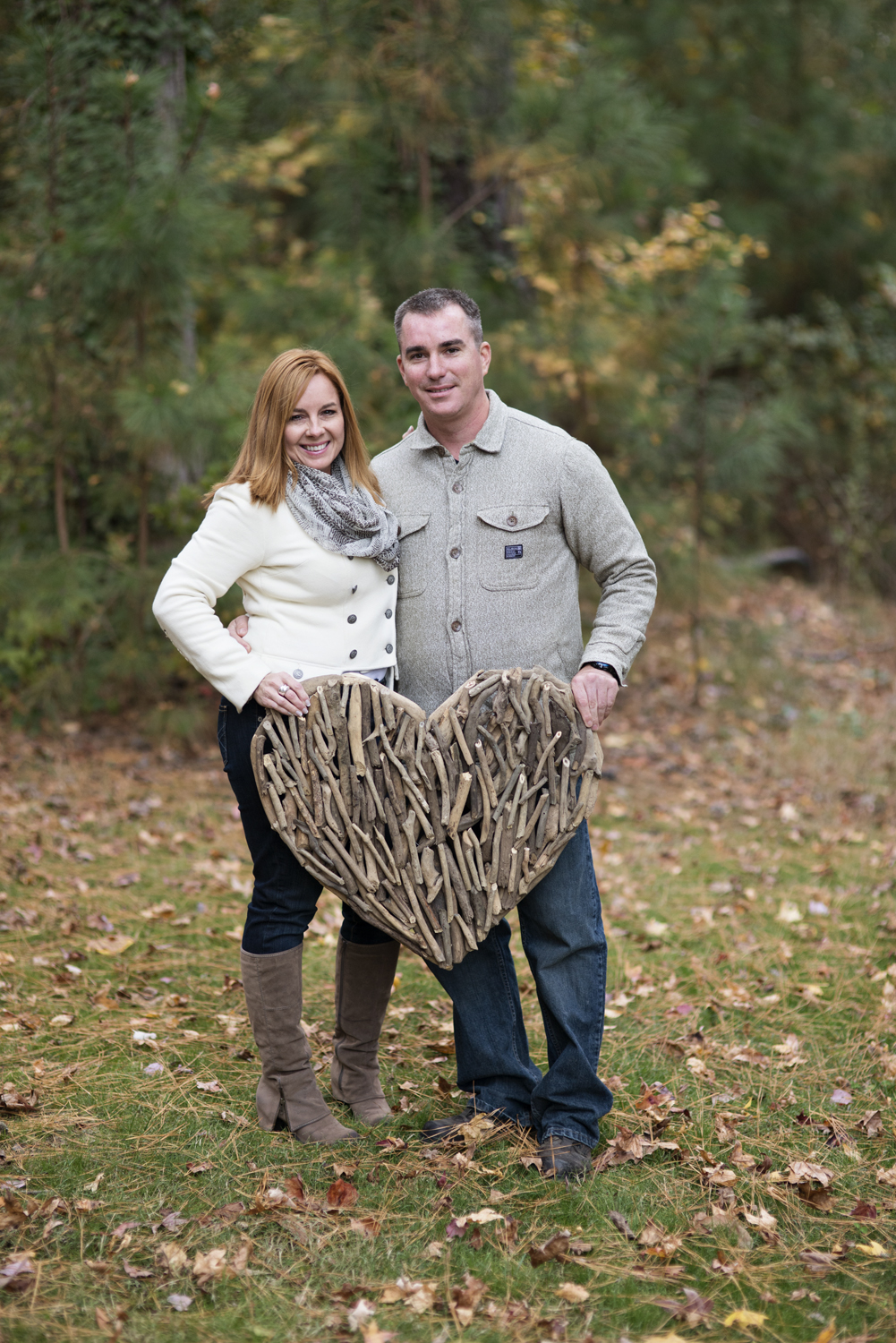 Cute ideas with wooden heart for fall engagement pictures