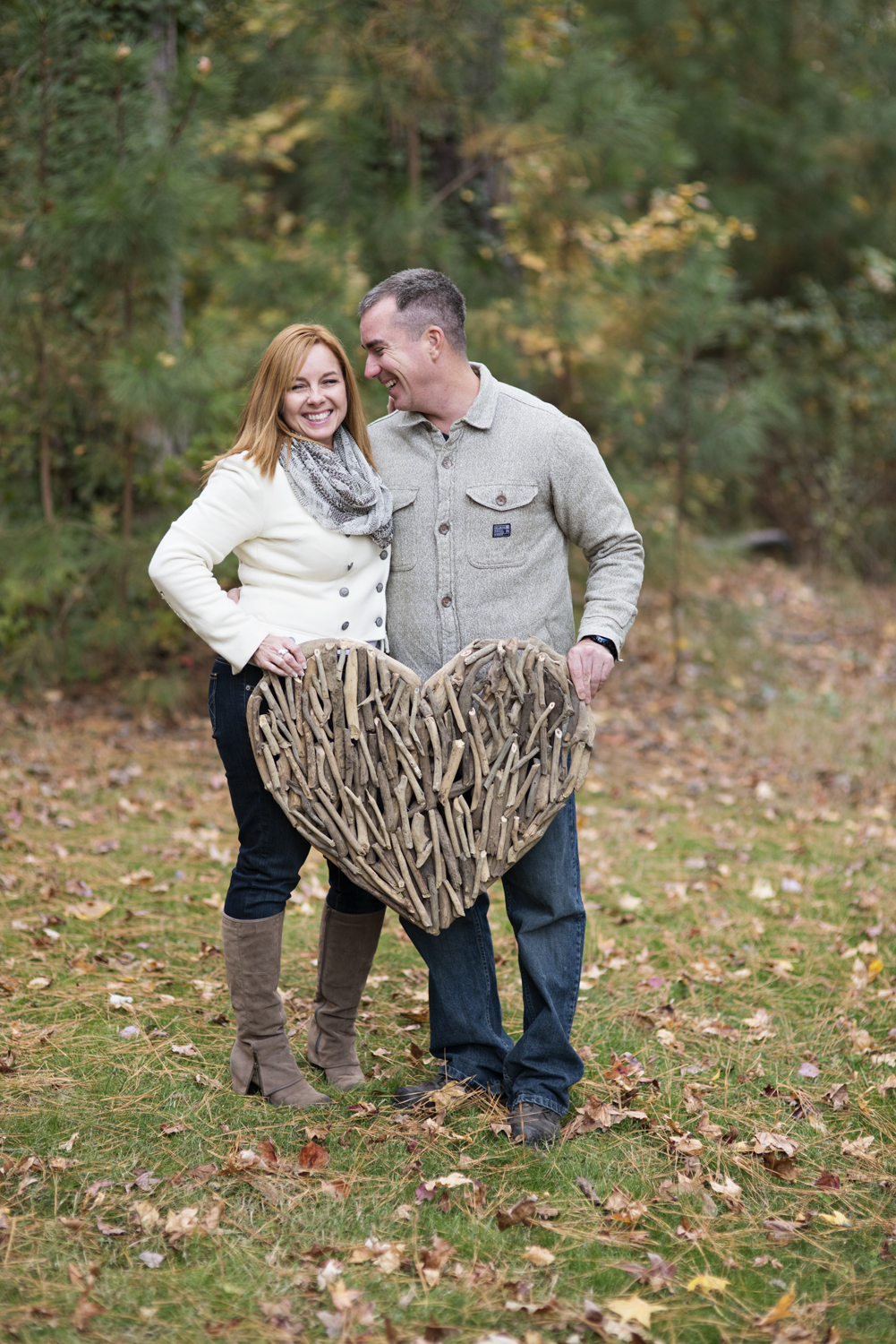 Cute ideas with wooden heart for fall engagement session