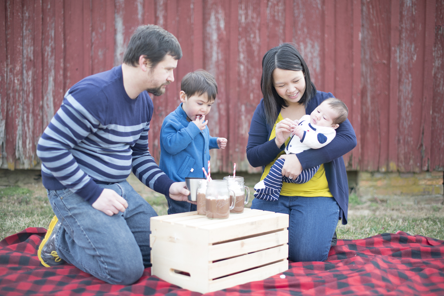 Cute family picture ideas with hot chocolate in the winter