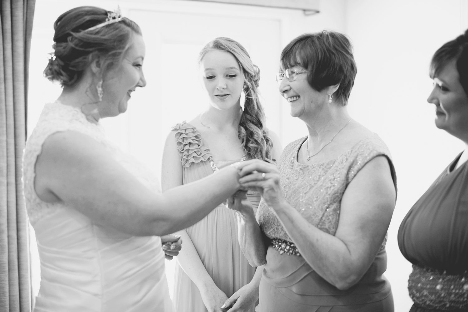 Bride getting ready | Bride with her mom | Black and white
