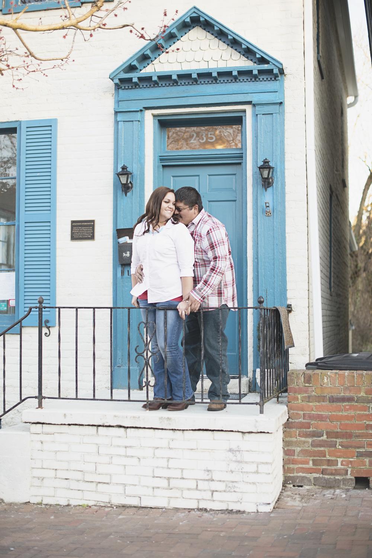 Cute engagement session ideas | Blue door downtown Virginia