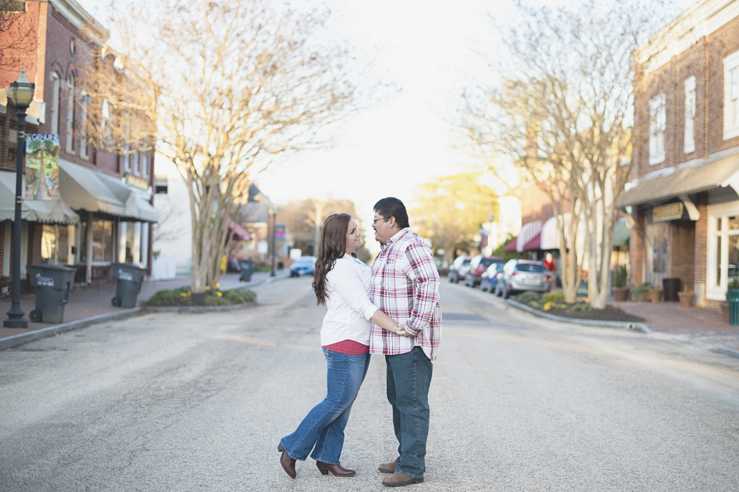Cute engagement session poses | Downtown Virginia