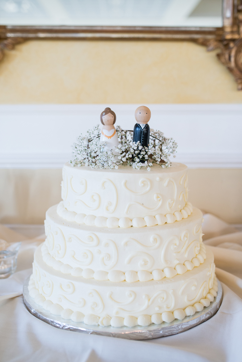 Emerald Green Classic Country Club Wedding | Swirled Cream Wedding Cake