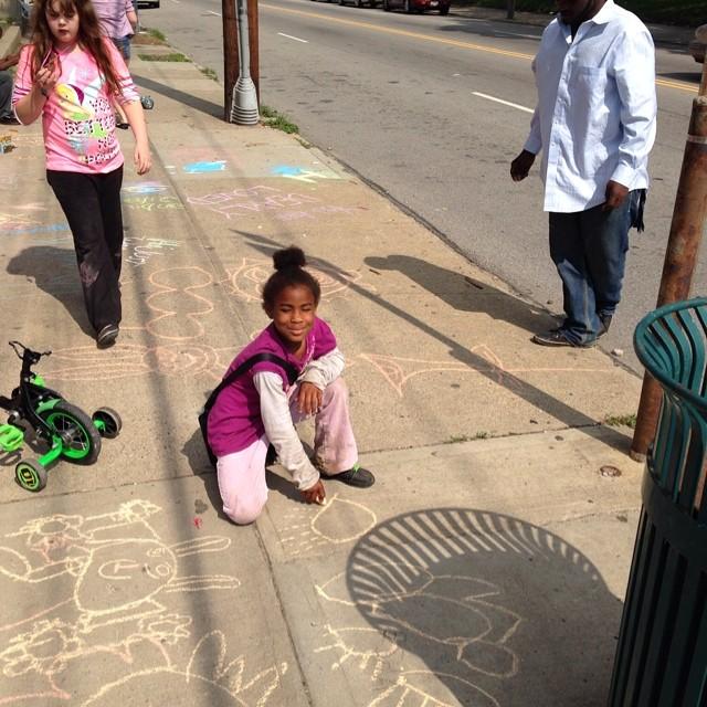Making friends by playing with sidewalk chalk! #lovemyneighborhood