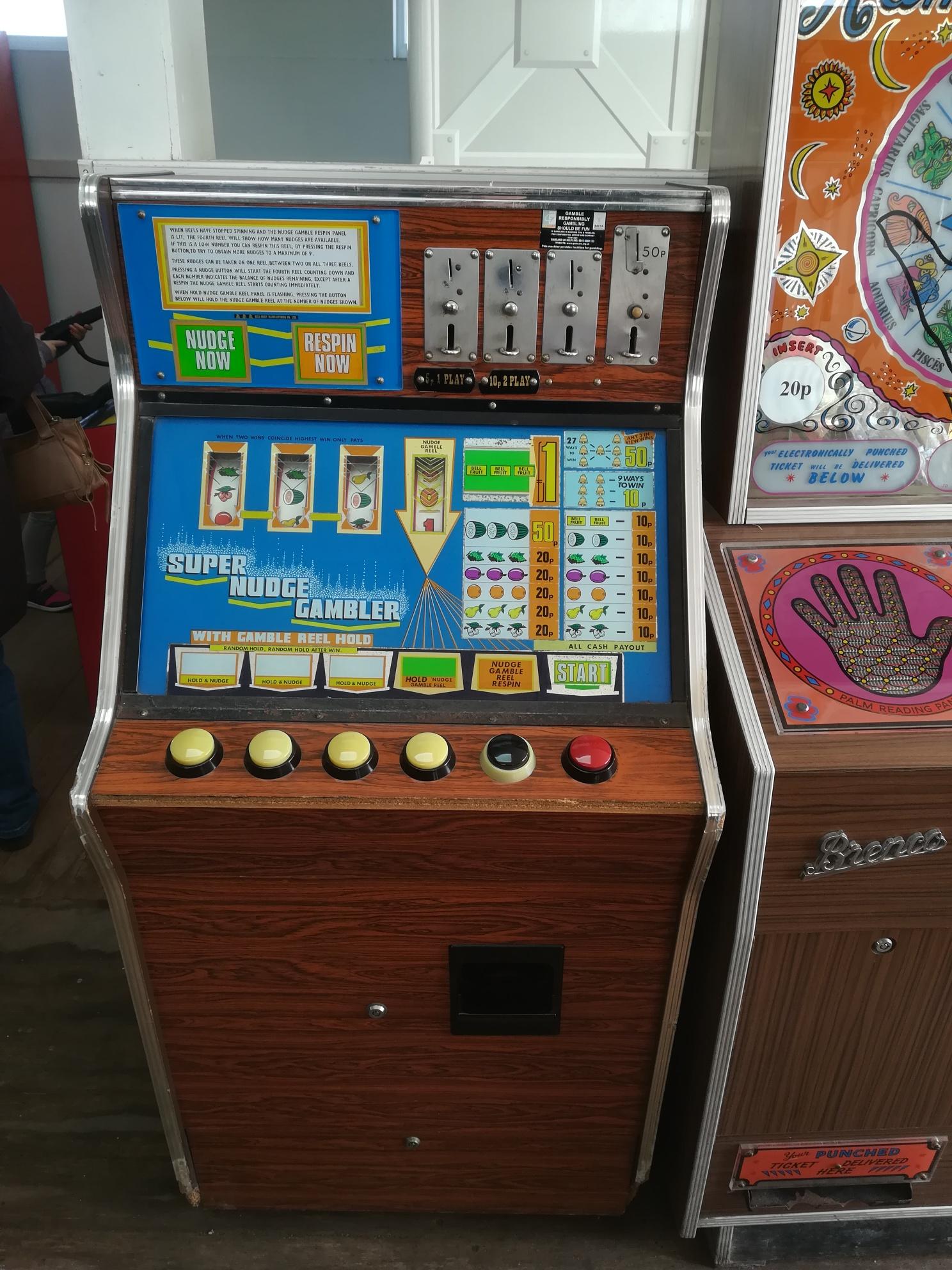 I love the woodgrain on this Super Nudge Gambler machine.