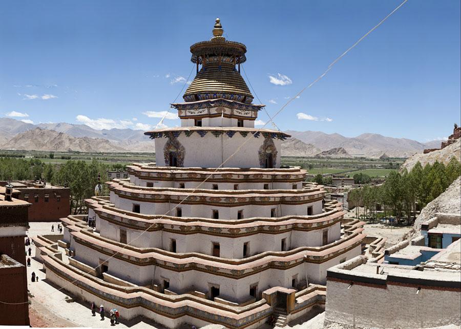 Kumbum at the monastery of Pelkor Chode, Giantess   VIEW FULLSCREEN