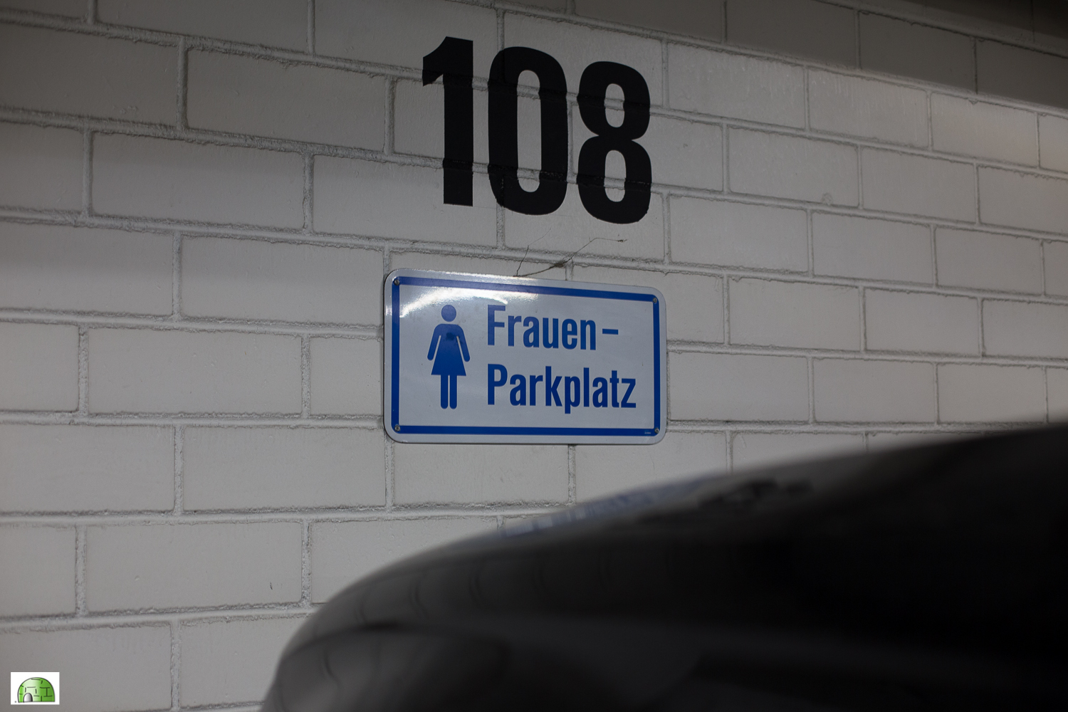 Frauen Parking Germany | Traveling Igloo