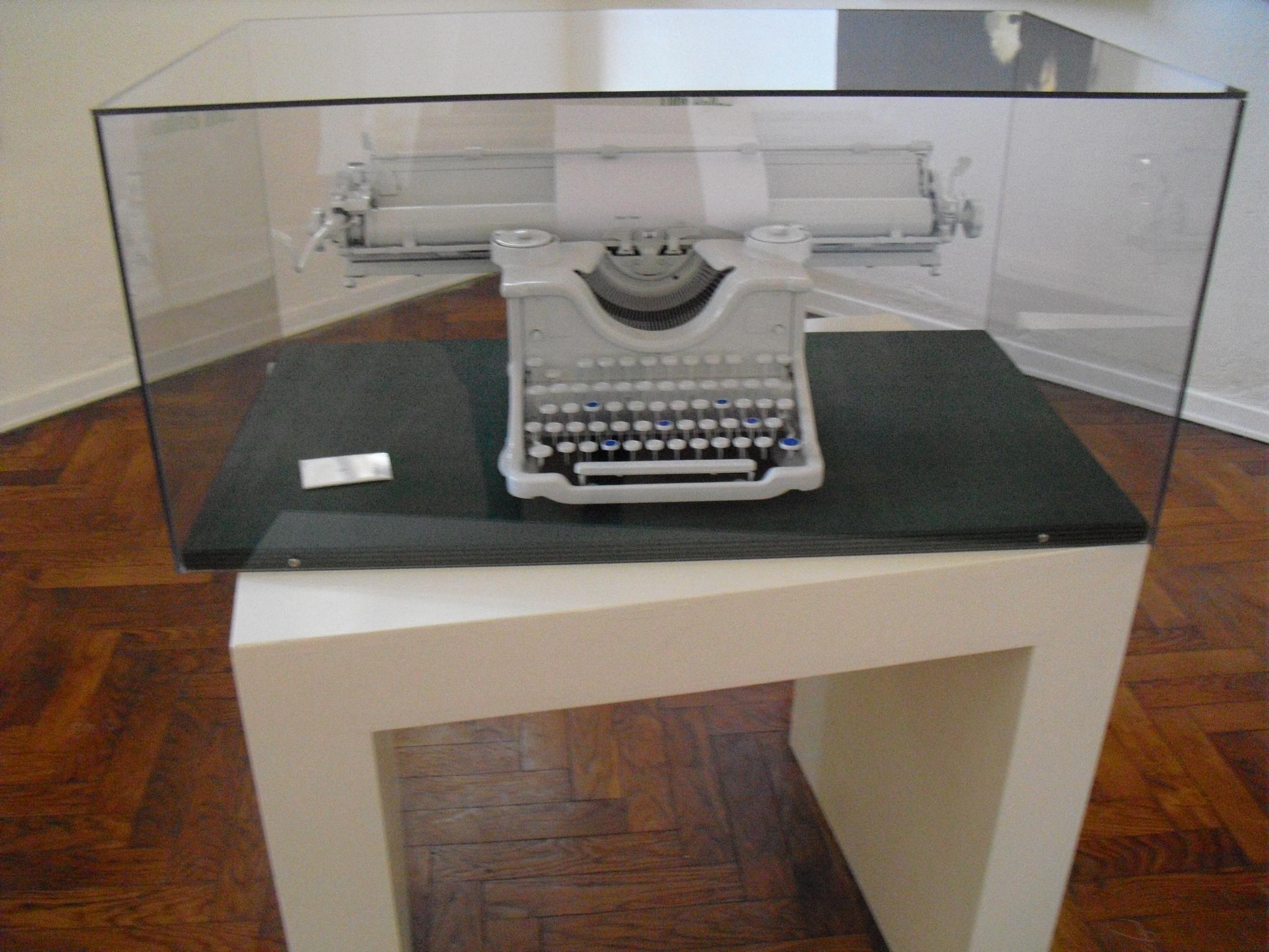 Loris Bellan  1454  (2012) Macchina da scrivere Olivetti, acrilico e pigmenti