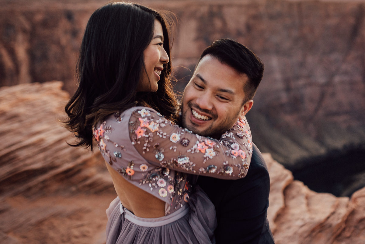 creative horseshoe bend engagement photos