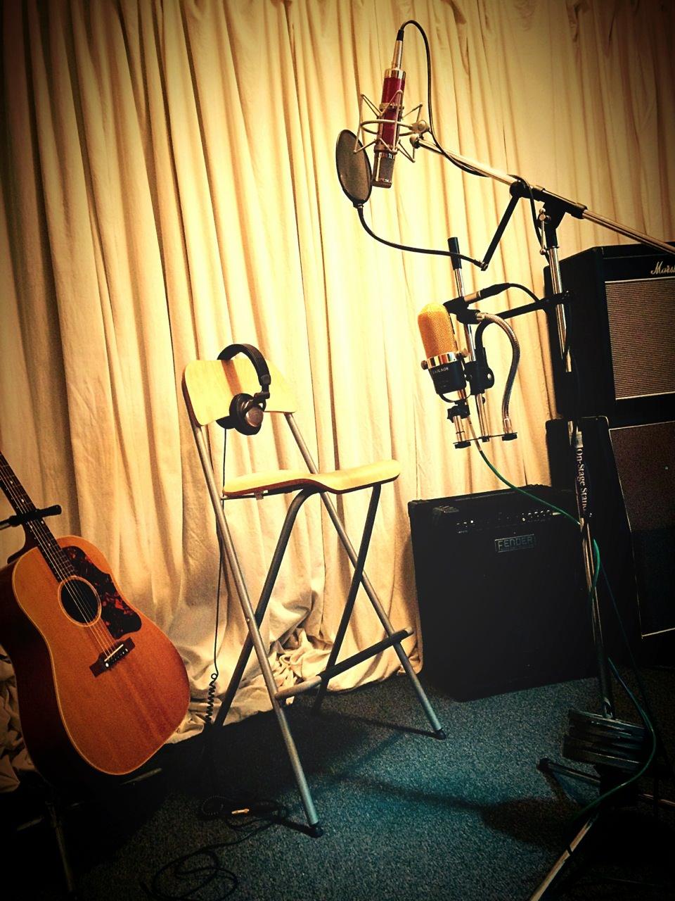Live room setup:'57 Gibson J-50 acoustic. Avantone CV12 tube condenser on vocal. Victor ribbon & Michael Joly small diaphragm condenser mics for guitar.