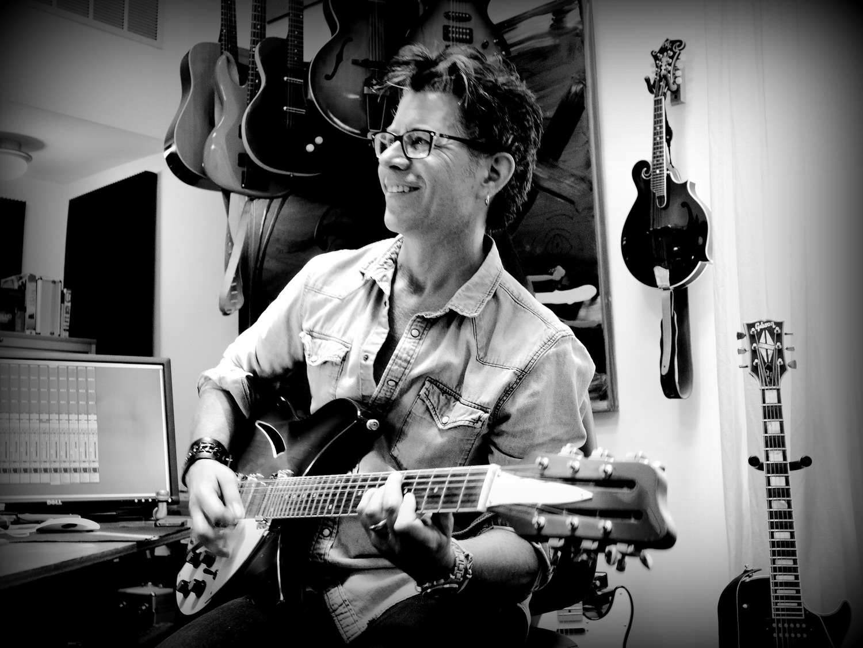 PattyMo-GuitarPic-P1860798editedvignette.JPG