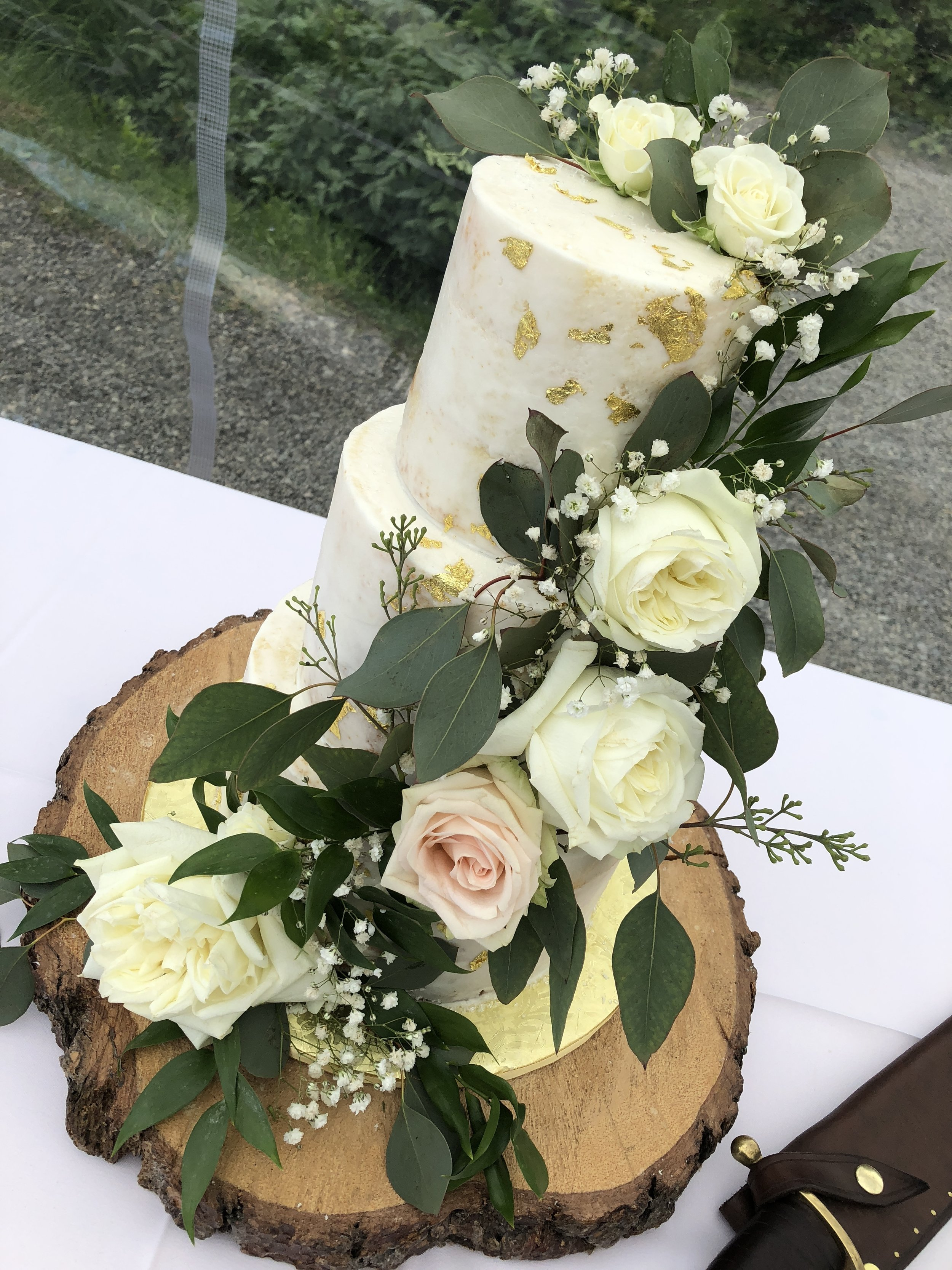 Thin Iced - Gold flakes not included.Includes fresh flower arrangementIncludes a custom board(size shown: 59 servings)