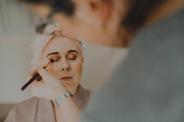How to do metallic eye makeup to get perfect eyebrows