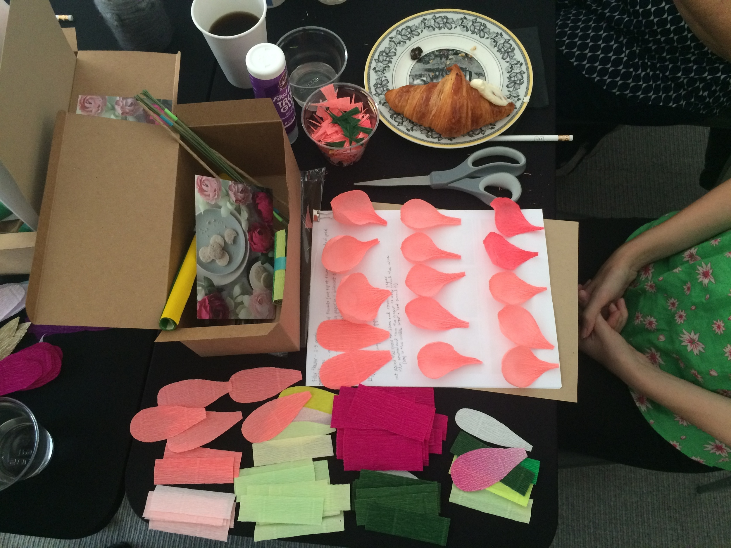 Each workshop attendee gets a BITA crafting  box,  a  carte fini  crepe paper swatch sheet,  yummy snacks and a paper flower guide where they can also take notes of their own!