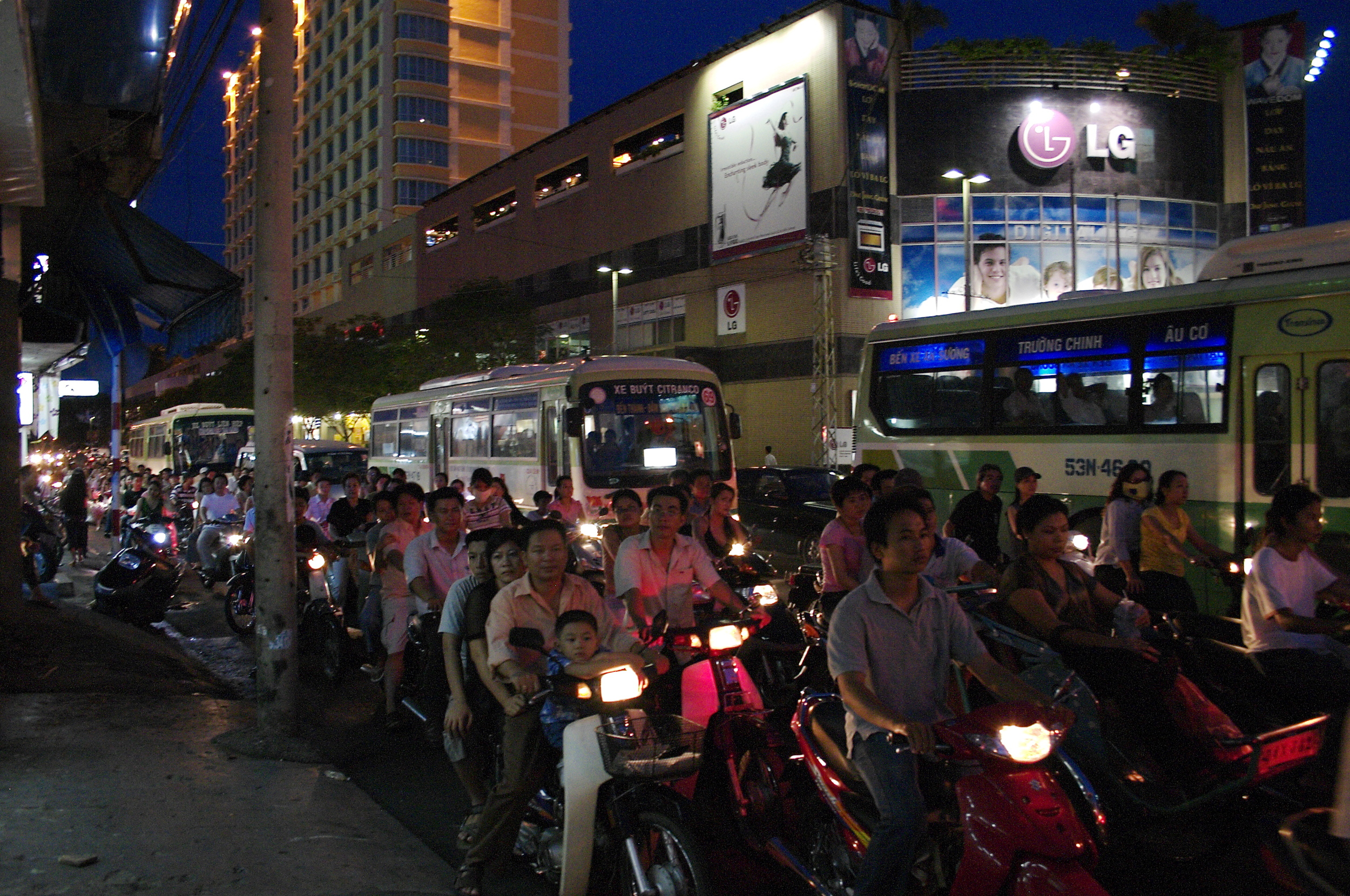 Crossing the street in Vietnam should become an X-Game