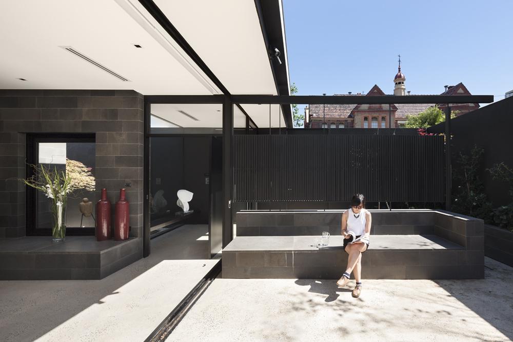 Toorak House. Living / Courtyard