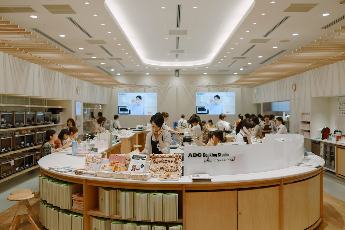 People attending a cooking class in Roppongi.